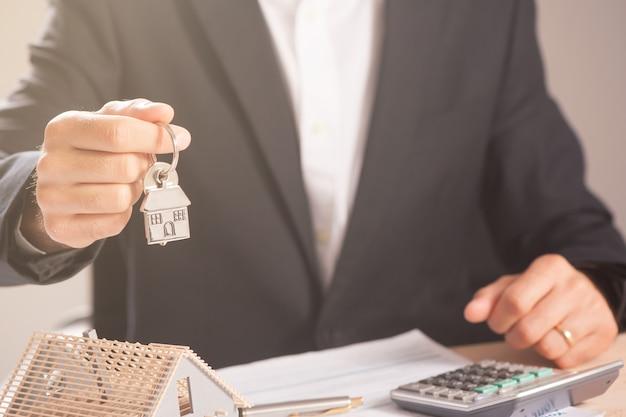 Hausschlüssel in der hand. konzept der immobilienagentur