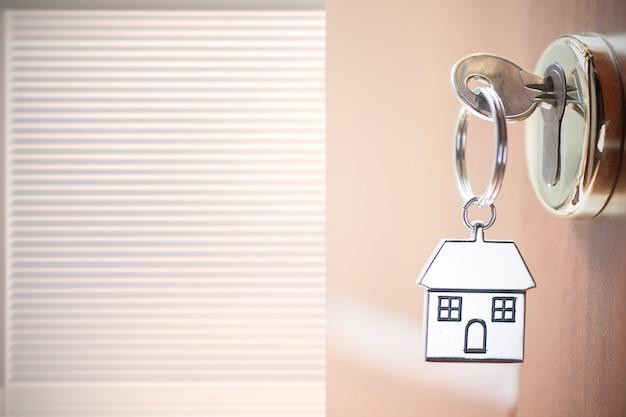 Hausschlüssel in der tür