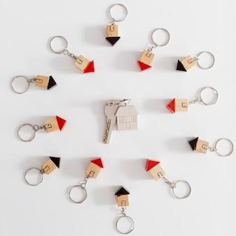 Hausschlüssel in kleinen figuren