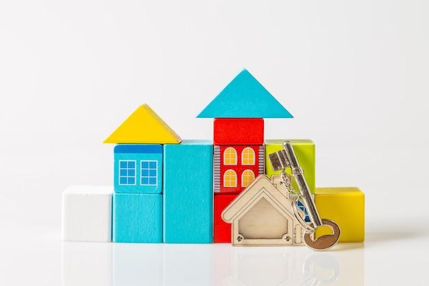 Hausschlüssel mit hausförmigem schlüsselbund und mini-haus