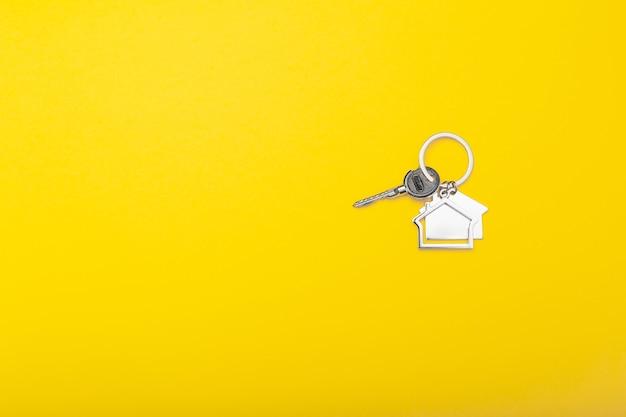 Hausschlüssel mit schmuckstück flach legen