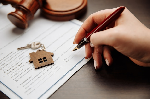 Hausschlüssel und geld für einen unterzeichneten kaufvertrag. konzentrieren sie sich auf die tasten.