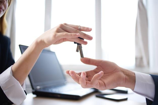 Hausschlüssel verkauf abschluss eines vertragsgeschäfts. foto in hoher qualität