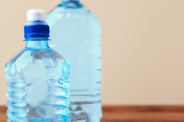 Haustier flaschen wasser auf leerer tabelle