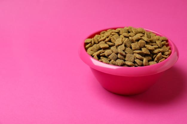 Haustier schüssel mit futter auf rosa