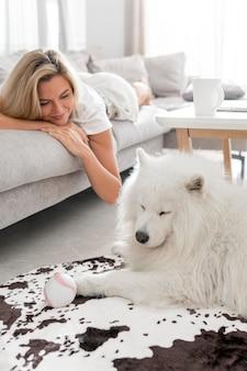 Haustier und frau verbringen zeit zusammen