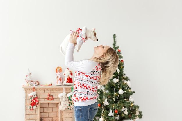 Haustiere und tierkonzept - hübsche frau mit lustigem welpen jack russell terrier