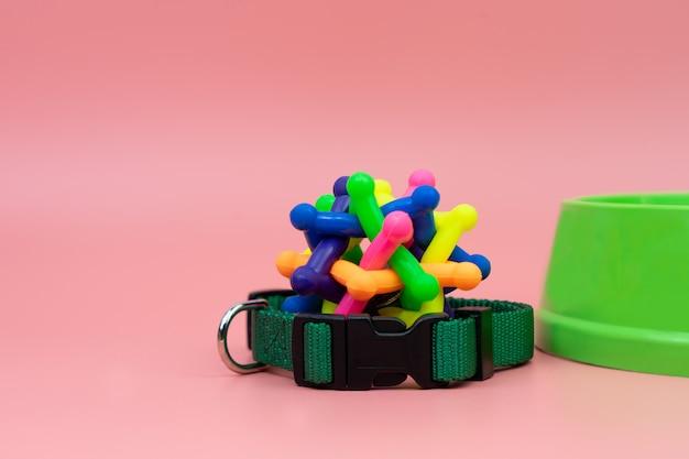 Haustierkragen und gummispielzeug mit schüssel
