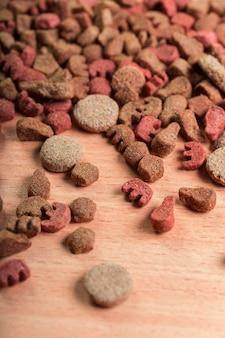 Haustiernahrung auf bretterboden