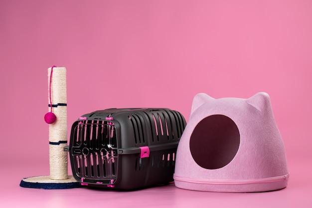 Haustierzubehör für katzen auf rosa pastellhintergrund