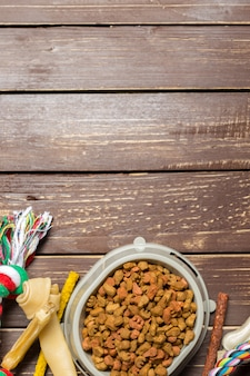 Haustierzubehör, lebensmittel, spielzeug. ansicht von oben