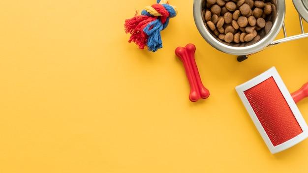 Haustierzubehör stillleben mit kauknochen und bürste für fell