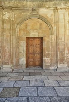 Haustür mit hölzerner aufwändiger und antiker wand