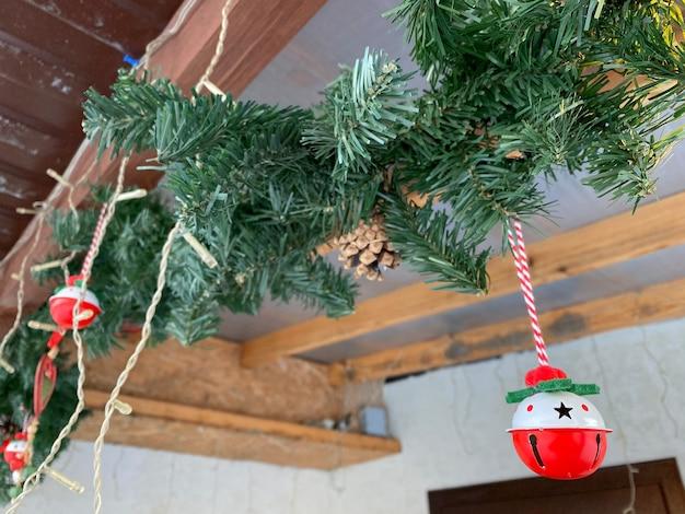 Haustür weihnachtsdekoration von häusern. neujahr und weihnachten feiern. fröhliche weihnachten. die einrichtung des hauses im winter