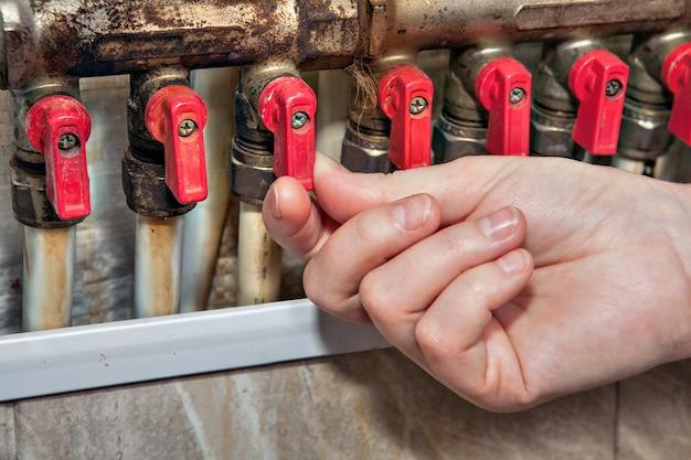 Hauswasserverteiler, ventile, die den zugang zu wasserleitungen blockieren, handgeöffnetes ventil an der leitung.