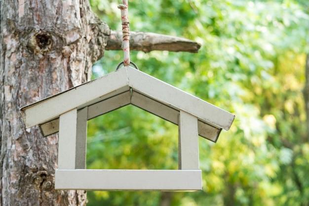 Hauszufuhr für die wilden vögel, die an einem baum hängen