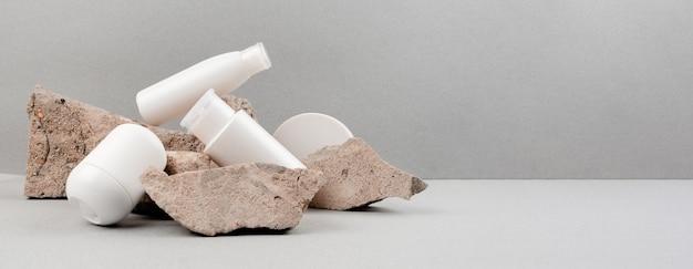Haut- und körperpflege-spa eingestellt auf abstrakten grauen hintergrund. anti-aging- und aknemassage. copyspace der horizontalen ansicht von oben.