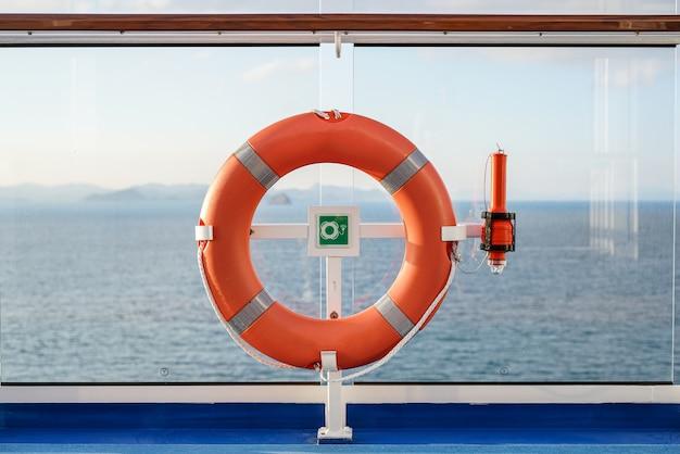 Hautnah rettungsboje auf dem deck des kreuzfahrtschiffes