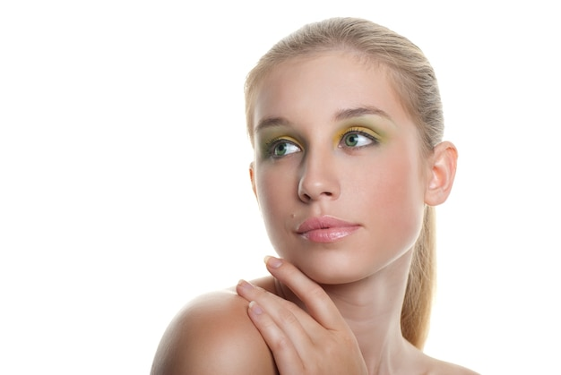 Hautpflege des jungen schönen frauengesichtes mit dem langen blonden haar auf weißem hintergrund