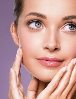 Hautpflege frau schönheit gesicht gesundes gesicht haut kosmetikmodell emotional und glücklich