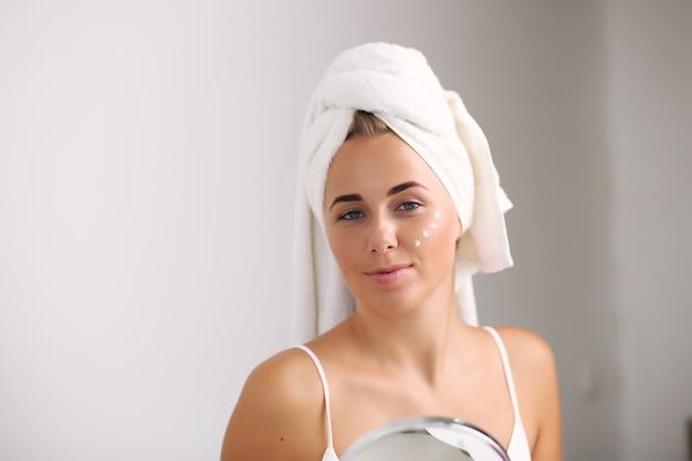 Hautpflege und erholung. junges mädchen mit sauberer, perfekter haut.
