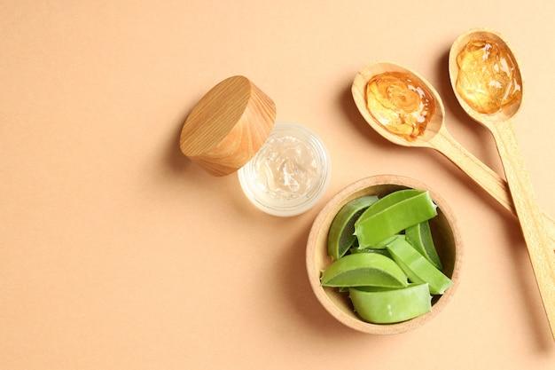 Hautpflegekonzept mit aloe vera auf beigem hintergrund