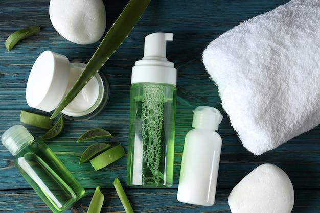 Hautpflegekonzept mit aloe vera auf holztisch
