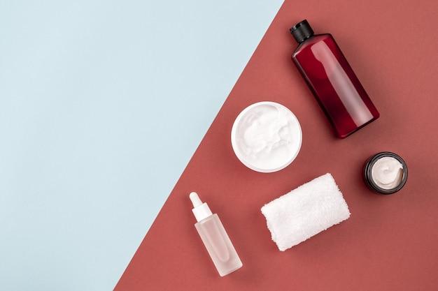 Hautpflegeprodukte auf brauner und blauer oberfläche