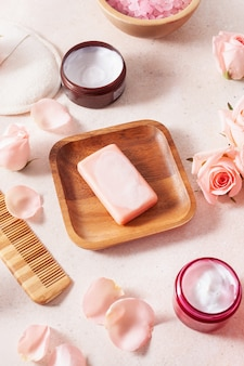 Hautpflegeprodukte und rosenblüten. naturkosmetik für die spa-behandlung zu hause