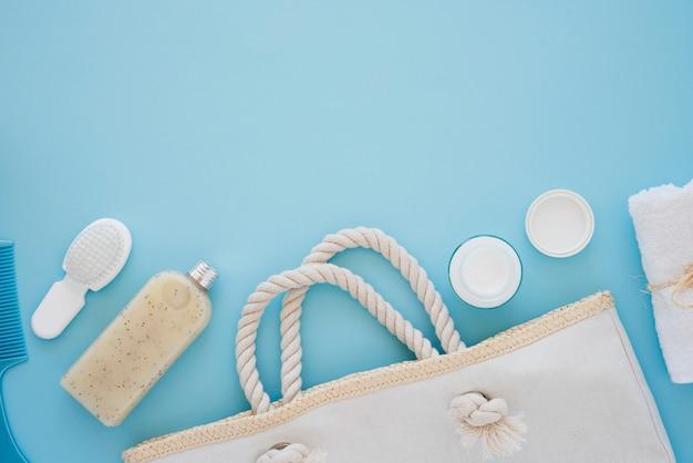 Hautpflegewerkzeuge auf blauem hintergrund