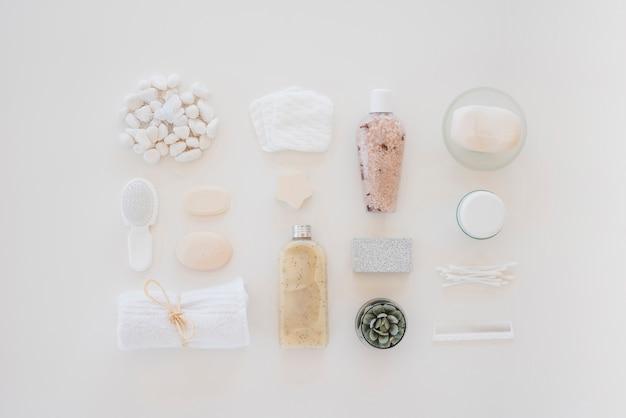 Hautpflegewerkzeuge auf weißer tabelle
