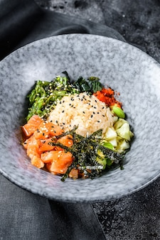 Hawaiian salmon poke bowl mit algen-avocado-sesam