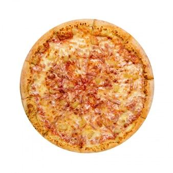 Hawaiianische pizza lokalisiert auf einem weißen hintergrund.