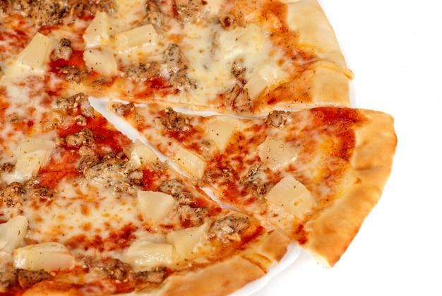 Hawaiianische pizza mit gebratenem huhn, ananas, knoblauch und mozzarella
