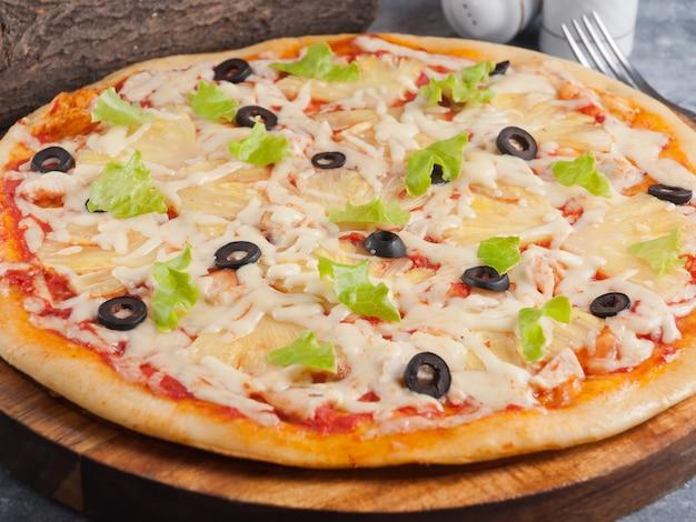 Hawaiianische pizza mit hühnchenananas und oliven