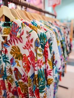 Hawaiihemd in einem geschäft