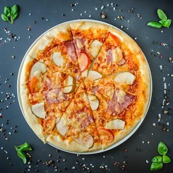 Hawaiische italienische pizza auf einem dunklen hintergrund