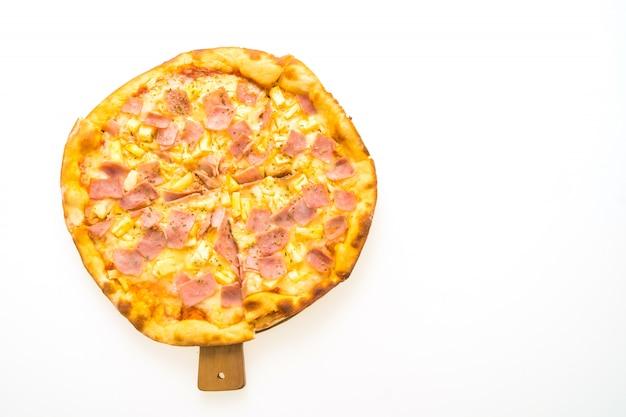 Hawaiische pizza auf hölzernem behälter