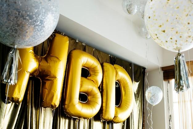 Hbd ballons in einer geburtstagsfeier