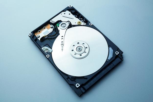 Hdd mit spiegeleffekt. öffnen sie die festplatte von der festplatte eines computers oder laptops, moderne technologien zum aufzeichnen des speichers