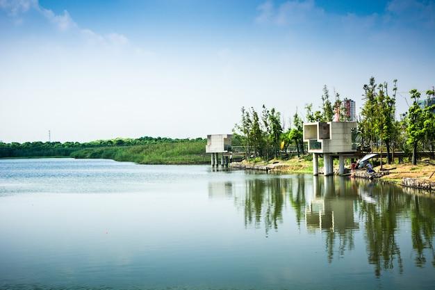 Hdr serpentine lake river mit hohem dynamikbereich im hyde park, london, uk