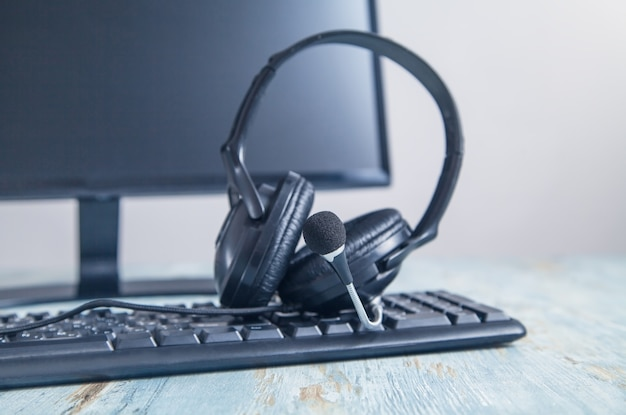 Headset auf der computertastatur. kundendienst. unterstützung