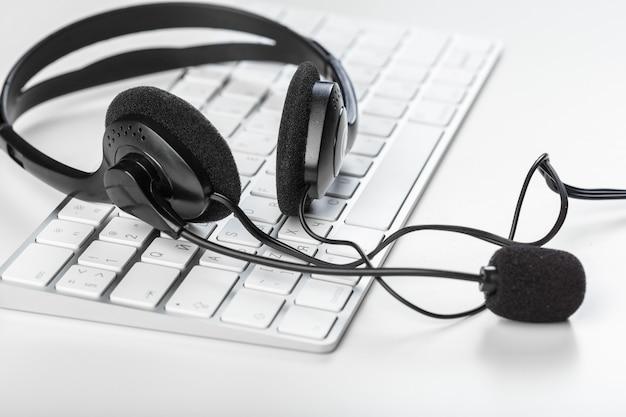 Headset auf der tastatur computer laptop