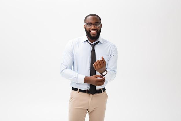 Headshot des erfolgreichen lächelnden netten afroamerikanergeschäftsmann-geschäftsmannes, der stilvoll ist