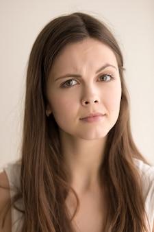 Headshot portrait der jungen frau skeptisch