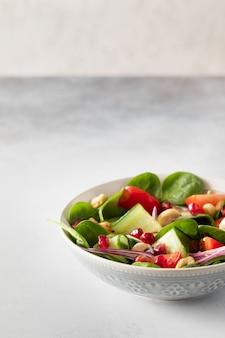 Healhty vegan lunch bowl mit salat