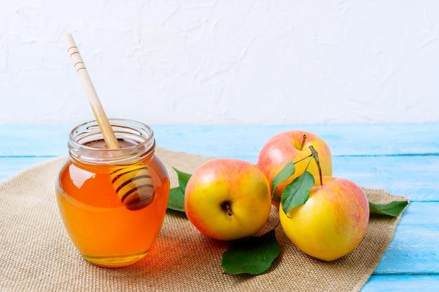 Heallthy, das konzept mit honig und frischen äpfeln isst