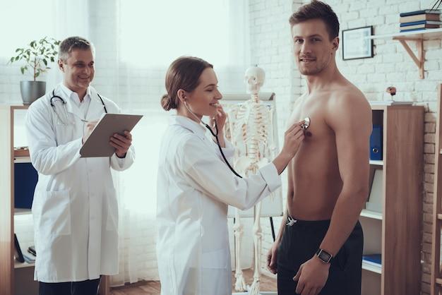 Healthand-lächelnbasketballspieler in der klinik
