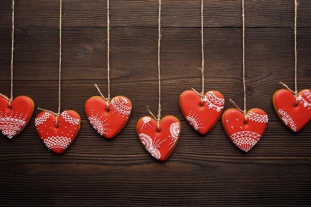 Heart-shaped cookies von seilen hängen