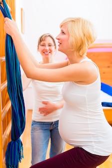 Hebamme, die schwangerschaftsgymnastik für mutter tut